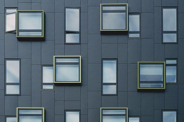 Fa vs. műanyag ablakprofil: melyik éri meg jobban?